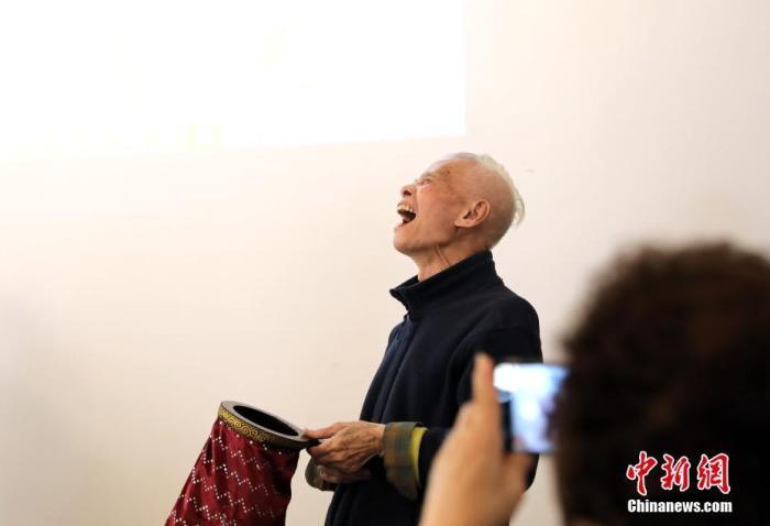"""图为钟波球略带""""顽皮""""的魔术秀后得到现场观众的""""满堂彩"""",高兴得仰天大笑。/p中新社记者 史元丰 摄"""