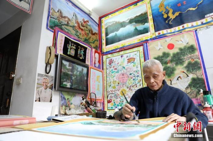 80岁起钟波球开始喜欢上画画。近日,他的500余幅画作正在成都展出并将进行义卖。/p中新社记者 史元丰 摄