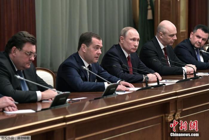 俄罗斯总统和总理梅德韦杰夫会见政府成员。