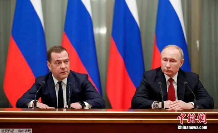 当地时间1月15日,俄罗斯总统和总理梅德韦杰夫会见政府成员。当天普京发表国情咨文,建议修改宪法,给予俄国家杜马(议会下院)在组建政府内阁过程中更多权力。在普京发表国情咨文后,梅德韦杰夫与普京见面并宣布上述内容。