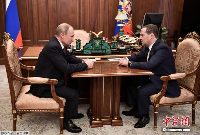 当地时间1月15日,俄罗斯总统普京(左)会见梅德韦杰夫。据报道,俄罗斯总理梅德韦杰夫15日宣布其领导的政府已向总统普京提出辞职。
