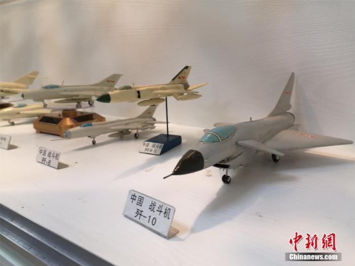杨腾祥纯手工制作的中国飞机模型。 林馨 摄