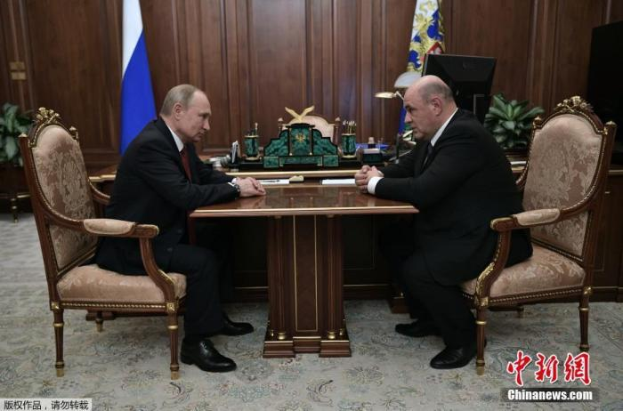 当地时间1月15日,俄罗斯总统普京会见现任联邦税务局局长米哈伊尔·米舒斯京。
