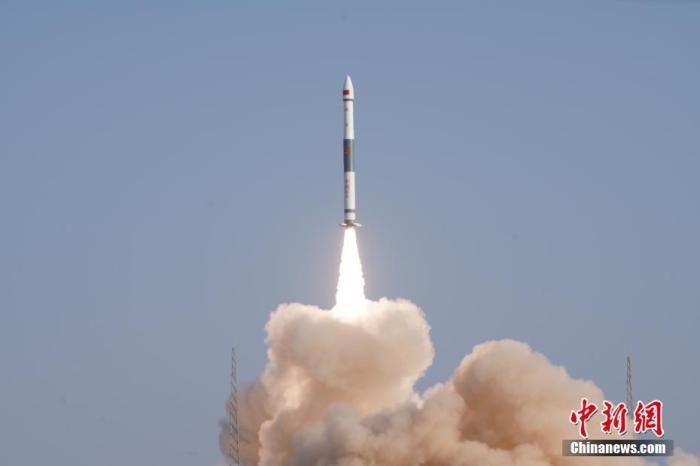 北京时间1月16日11时2分,中国在酒泉卫星发射中心用快舟一号甲运载火箭,成功将中国首颗通信能力达10Gbps(10吉比特每秒)的低轨宽带通信卫星——银河航天首发星发射升空。刘伟 摄