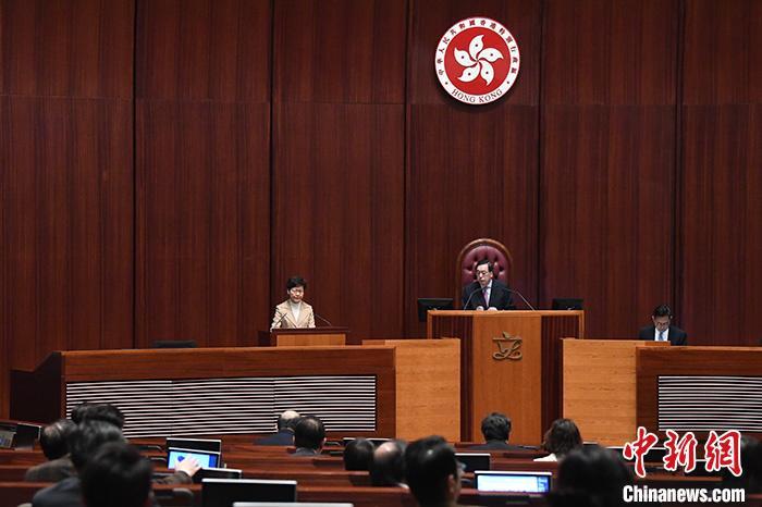 1月16日上午,香港特区行政长官林郑月娥出席立法会行政长官答问会,回应立法会议员的提问。 中新社记者 李志华 摄