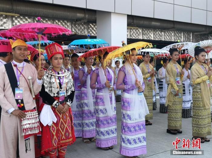 1月17日,中国国家主席习近平乘专机抵达内比都,开始对缅甸进行国事访问。在内比都国际机场,当地民众身着盛装,手举中缅两国国旗,热情欢迎习近平到访。(记者 郭金超 盛佳鹏)