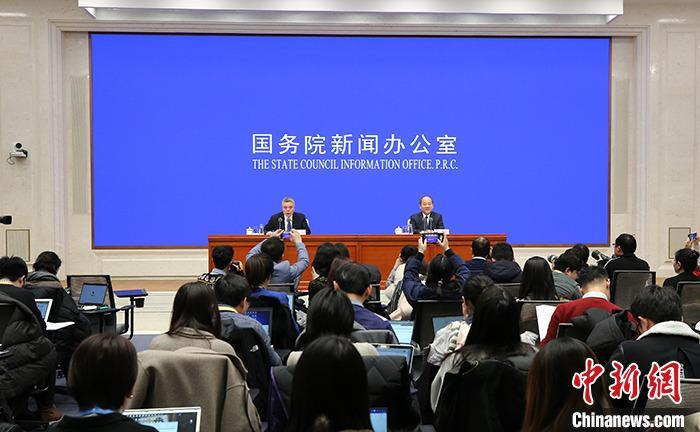 1月17日,中国国务院新闻办公室在北京举行新闻发布会,国家统计局局长宁吉�唇樯�2019年国民经济运行情况,并答记者问。中国官方当日公布,2019年,中国国内生产总值(GDP)逾99万亿元人民币,同比增长6.1%,符合6%-6.5%的预期目标。 中新社记者 杨可佳 摄