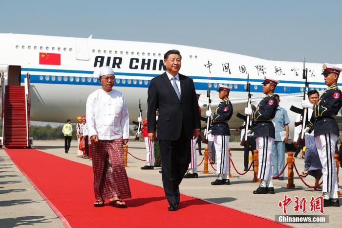 当地时间1月17日下午,中国国家主席习近平乘专机抵达内比都国际机场,开始对缅甸联邦共和国进行国事访问。习近平抵达时,缅甸第一副总统敏瑞率多名内阁部长在舷梯旁热情迎接。中新社记者 盛佳鹏 摄