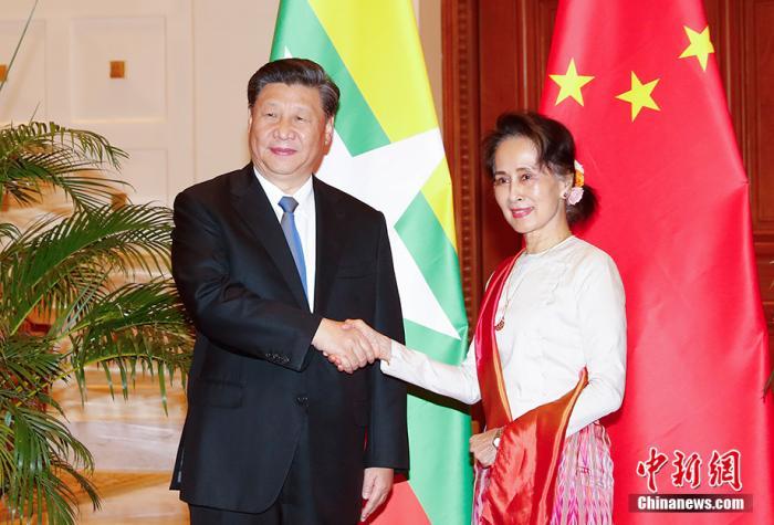 当地时间1月18日上午,国家主席习近平在内比都同缅甸国务资政昂山素季举行正式会谈。 中新社记者 盛佳鹏 摄