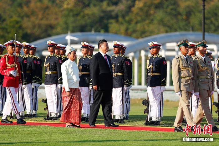 当地时间1月17日下午,中国国家主席习近平在内比都总统府出席缅甸总统温敏举行的隆重欢迎仪式。图为习近平在温敏陪同下检阅仪仗队。中新社记者 盛佳鹏 摄
