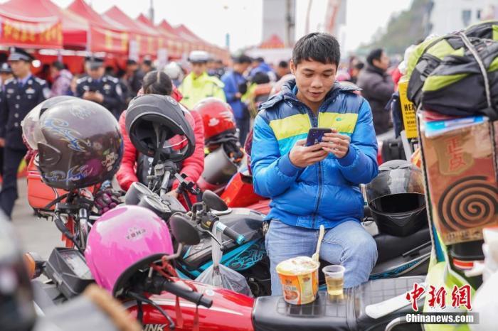"""疫情下的春节返乡路:摩托车""""大军""""变""""散兵"""""""