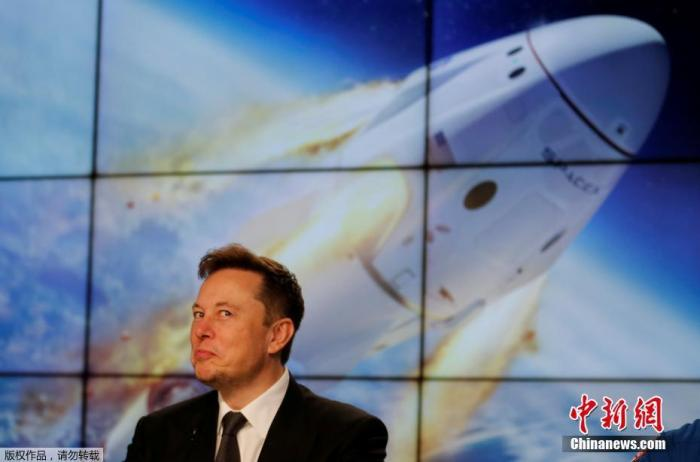 """美国太空探索技术公司创始人马斯克说,""""龙""""飞船的最高速度达到了2.2马赫,是音速的两倍多,飞船的最高高度为13.1万英尺(约39.9公里)。"""