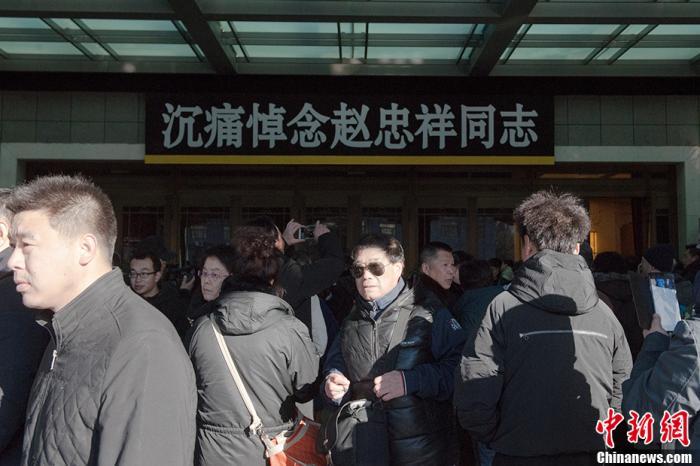 1月20日上海配资门户www.001096.com.cn,著名主持人赵忠祥遗体告别仪式在北京八宝山举行上海配资门户www.001096.com.cn,现场民众自发排起长队在礼堂外等候悼念。中新网记者 李骏 摄
