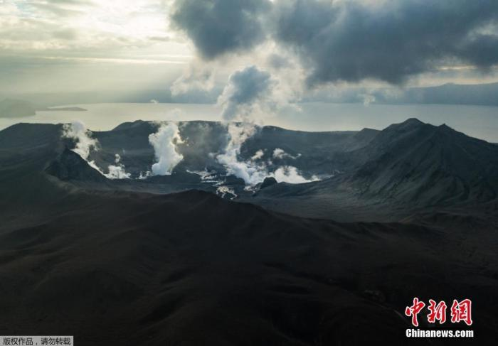 据菲律宾火山地震研究所称,从16日到17日,当地记录到数十次火山地震,塔阿尔火山目前仍然活跃,存在持续喷发的可能。