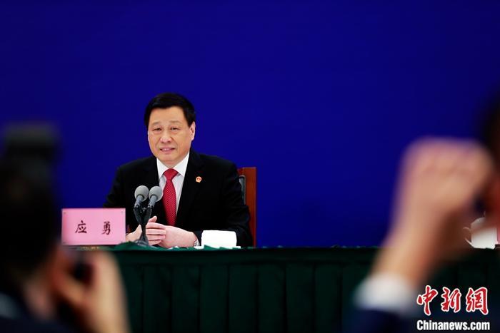 """1月20日,上海市人民政府举行记者招待会。上海市市长应勇在回答记者提问时表示,要通过进一步优化营商环境,努力使""""特斯拉速度""""成为上海政府服务的常态。据悉,上海特斯拉超级工厂做到当年开工建设、当年建成投产、当年销售交付,彰显了""""特斯拉速度""""。<a target='_blank' href='http://www.chinanews.com/'>中新社</a>记者 汤彦俊 摄"""
