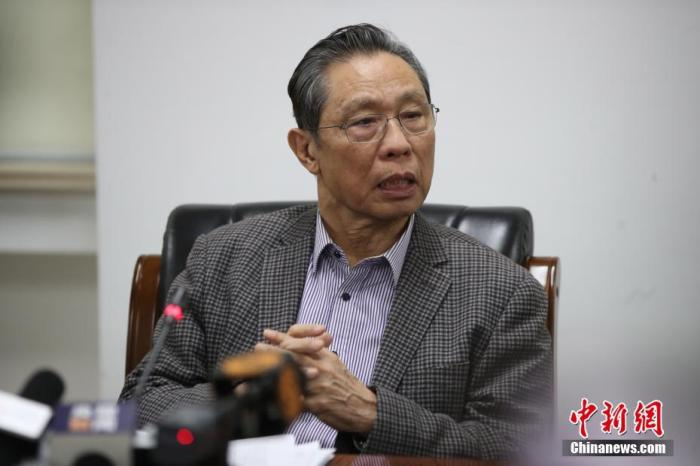 """1月20日下午,针对""""新型冠状病毒感染的肺炎疫情""""有关防控情况,国家卫健委高级别专家组在北京就公众关心的问题回答了记者提问。图为专家组组长、中国工程院院士、国家呼吸系统疾病临床研究中心主任钟南山回答记者提问。中新社记者 苏丹 摄"""