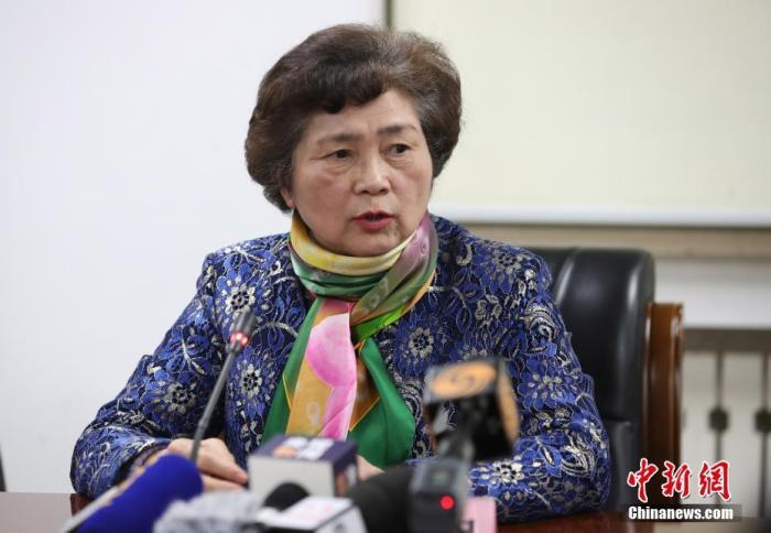 """1月20日下午,针对""""新型冠状病毒感染的肺炎疫情""""有关防控情况,国家卫健委高级别专家组在北京就公众关心的问题回答了记者提问。图为专家组成员、中国工程院院士、传染病诊治国家实验室主任李兰娟回答记者提问。中新社记者 苏丹 摄"""