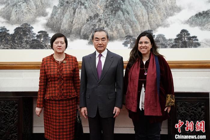 1月21日,中国国务委员兼外长王毅在北京会见访华的第74届联大安理会改革政府间谈判机制共同主席、阿联酋常驻联合国代表努塞贝(右)和波兰常驻联合国代表维罗涅卡(左)。中新社记者 崔楠 摄