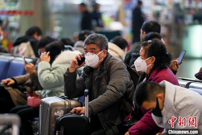 资料图:武汉火车站候车大厅,戴着口罩的旅客在候车。中新社记者 张畅 摄