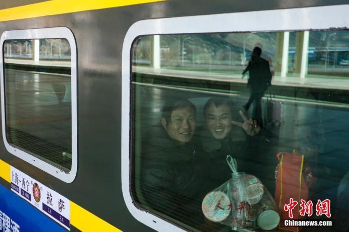图为旅客乘坐Z166次列车返乡。中新社记者 何蓬磊 摄