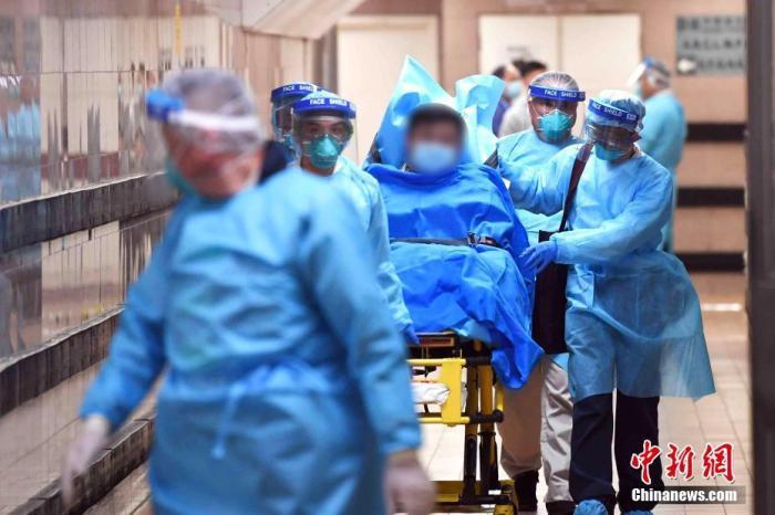 1月22日下午,医护人员护送香港首宗高度怀疑感染新型冠状病毒肺炎的男性患者离开伊利沙伯医院,由救护车转送至其他医院。中新社记者 麦尚旻 摄