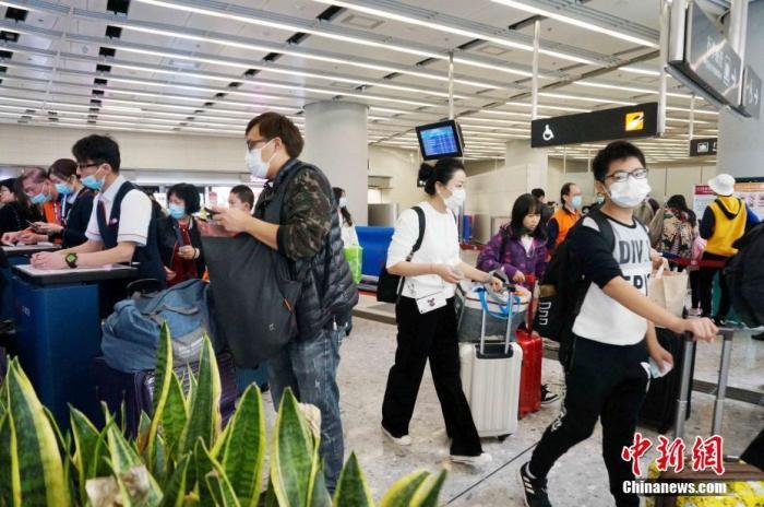 """1月22日,大批乘搭高铁往内地过年的港人在香港西九龙站踏上""""春运""""的步伐。中新社记者 洪少葵 摄"""