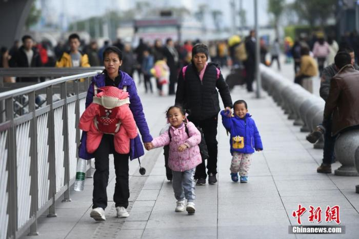 1月14日,重庆火车西站迎来春运客流幼高峰,多多旅客踏上返乡路。 中新社记者 陈超 摄