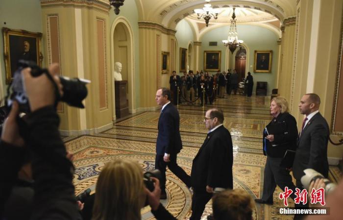 """当地时间1月21日,美国国会参议院开始正式审理针对总统特朗普的弹劾案。当天参院将就弹劾案审理流程决议草案进行辩论和投票。图为众议院情报委员会主席希夫、司法委员会主席纳德勒等弹劾案众议院""""管理人""""步入参议院。<a target='_blank' href='http://www.fhdhfpq.cn/'>中新社</a>记者 陈孟统 摄"""