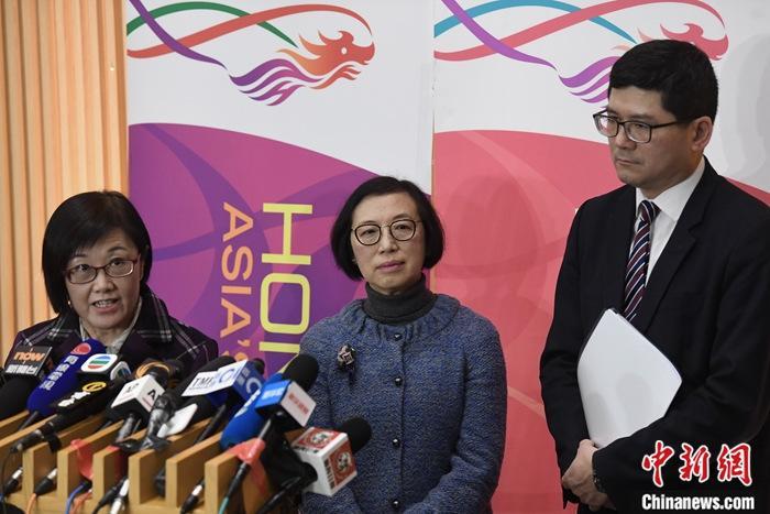 1月22日晚上,香港特区政府食物及卫生局局长陈肇始(中)和一众官员会见传媒,宣布香港发现首宗高度怀疑的新型冠状病毒肺炎个案。中新社记者 麦尚�F 摄