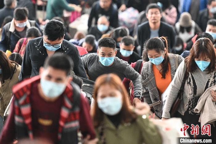 资料图:出行旅客佩戴口罩。中新社记者 陈骥旻 摄