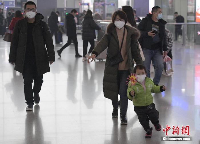 不少旅客佩戴口罩乘车。中新社记者 刘忠俊 摄