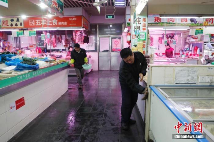 上海农贸市场集中开展卫生大扫除,降低呼吸道传染病传播风险。中新社记者 殷立勤 摄