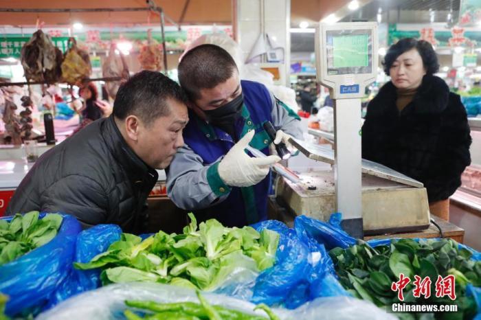 1月22日晚,上海730家农贸市场集中开展卫生大扫除,清洁卫生面积达到177万平方米。据悉,此举旨在大力改善农贸市场卫生状况,促进各类市场增强清洁卫生意识,以降低冬春季呼吸道传染病通过环境传播的风险,为传染病防控奠定良好的环境基础。图为专业杀虫公司工作人员在曲阳菜市场放置杀虫剂。<a target='_blank' href='../../../index.html'>中新社</a>记者 殷立勤 摄