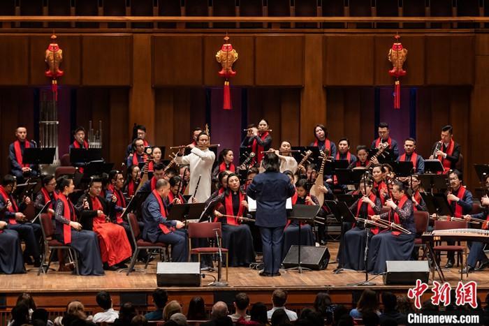 """当地时间1月22日晚,上海民族乐团在华盛顿肯尼迪表演艺术中心举行了中国新年音乐会。二胡、笛子、古筝、琵琶等中国乐器奏出的美妙音乐,让美国观众直呼""""回味无穷""""。<a target='_blank' href='http://www.chinanews.com/'>中新社</a>发 Tracey Salazar 摄"""