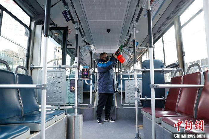 1月23日,工作人员对公交车扶手进行消毒。截至当日14时,北京市已经确诊22例新型冠状病毒感染的肺炎病例。目前正值春运,北京交通部门积极做好新型冠状病毒疫情防控工作,无论公交还是地铁均强化车厢消毒工作,尤其地铁安检设备保证每小时消毒一次。同时,所有上岗人员一律佩戴口罩。<a target='_blank' href='http://www.chinanews.com/'>中新社</a>记者 韩海丹 摄