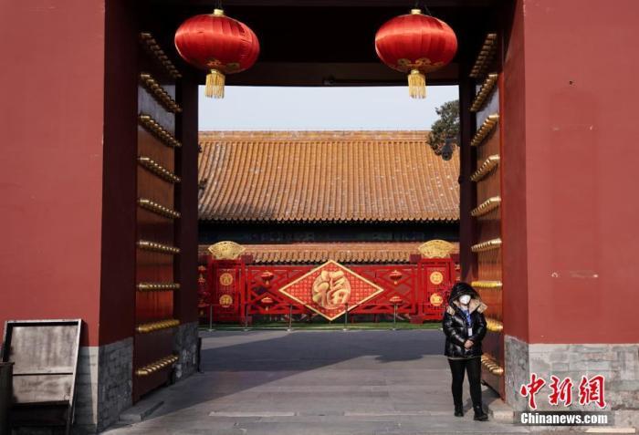 1月24日,北京地坛公园闭园,工作人员戴口罩在门口值班。中新社记者 崔楠 摄