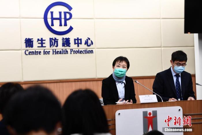 1月24日中午,香港卫生署卫生防护中心传染病处主任张竹君(左)、医院管理局质素及安全总监钟健礼(右)出席记者会。香港特区政府卫生署及医院管理局就新型冠状病毒感染个案的最新情况举行简报会。卫生署表示,截至24日早上8时,香港新增66宗须呈报怀疑新型冠状病毒个案,累计怀疑个案总数增至236宗,其中119人留医观察。就香港确诊两宗新型冠状病毒感染个案,两名确诊患者正在玛嘉烈医院传染病控制中心留医,情况稳定。当局已陆续追踪到两名确诊个案患者的密切接触者,其中已有接触者出现病症,已转送医院等待检测结果。<a target='_blank' href='http://www.chinanews.com/'>中新社</a>记者 李志华 摄