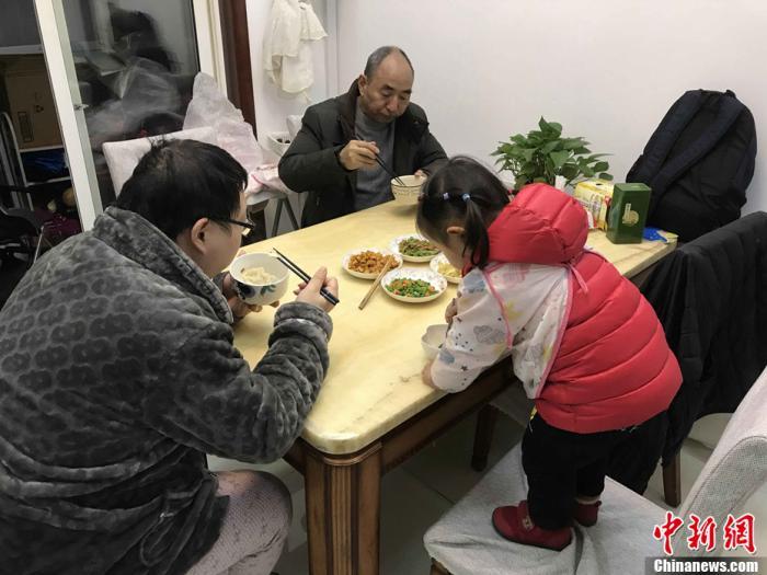 武汉市民家中的简单年夜饭。中新社记者 张芹 摄