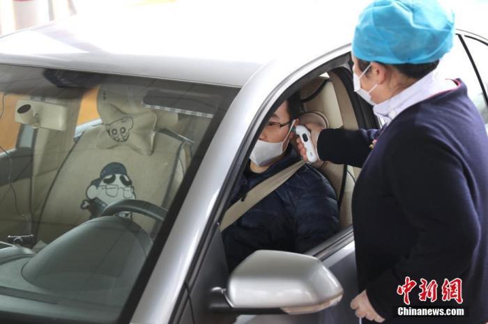 1月24日,京沪高速江桥收费站,医务人员使用耳温仪测量车内人员体温。根据上海新型冠状病dupoison感染的肺炎联防联控工作部署,上海交通、卫健、公安等部门23日起联合对全市140多个进入上海市境的公路收费站加强检查,对来自重点地区的车辆和人员信息进行核查登记,测量人员体温。如发现体温异常人员,将及时引导至相关医院检查诊疗。中新社记者 张亨伟 摄