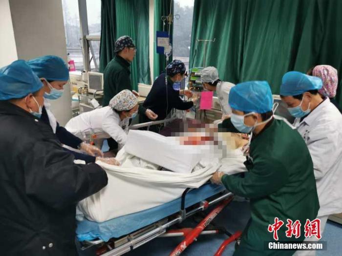 截至2020年1月23日24时,湖北省累计报告新型冠状病毒感染的肺炎病例549例,已治愈出院31例,死亡24例。累计追踪密切接触者3653人,已解除医学观察877人,尚在接受医学观察2776人。资料图为武汉大学人民医院的医护人员。中新社发 任宣 摄