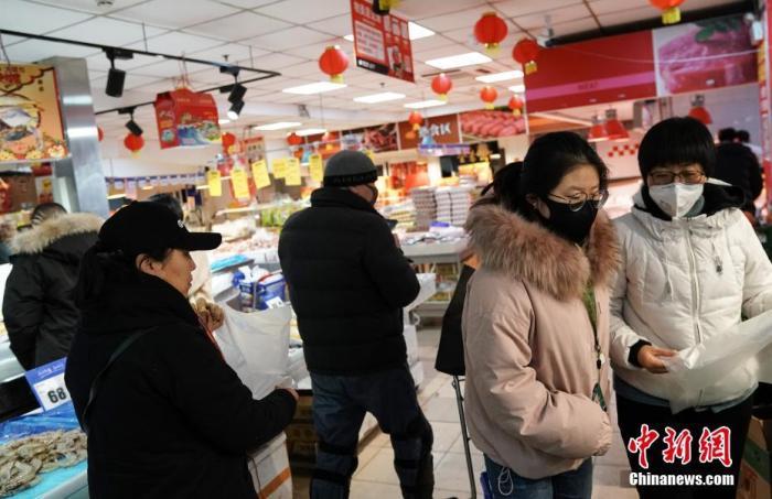 1月24日,民众在北京东城区一家超市选购商品。当日,北京市启动重大突发公共卫生事件一级响应。<a target='_blank' href='http://www.chinanews.com/'>中新社</a>记者 崔楠 摄