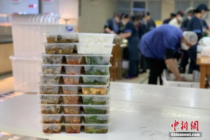 """武汉一线医务人员的""""年夜饭""""。<a target='_blank' href='http://www.chinanews.com/'>中新社</a>记者 杨程晨 摄"""