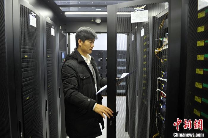 """雄安新区即将迎来鼠年春节,虽无爆竹声声,但建筑机械的轰鸣声为这座""""未来之城""""增添了别样的节日气氛。出生于1988年的孙鹏辉就职于雄安市民服务中心有限公司(SPV),是公司的智能信息化负责人,自2018年6月来到雄安新区工作,负责雄安市民服务中心的运营管理。雄安市民服务中心是雄安新区设立以来的第一个成规模的大型建筑群,它代表着未来雄安新城建设的基本方向,是未来雄安缔造智慧城市、绿色城市的缩影,具有十分重要的样板意义。孙鹏辉每天需要接触数以万计的数据,负责园区智能场景的拟定、需求协调、数据对接等,掌控着整个园区的""""数据大脑""""。孙鹏辉常年在雄安工作,和父母妻子聚少离多。今年春节,他因为工作原因需..."""