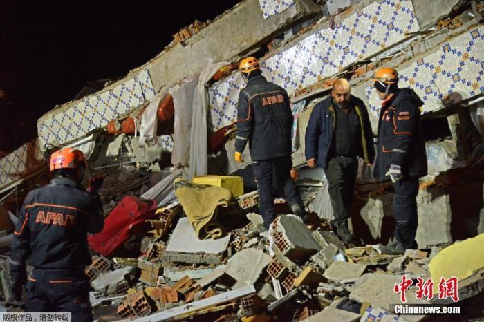 土耳其内政部灾害与应急管理署的消息称,目前有来自土耳其28个省的493个救援队在灾区救灾。已向灾区运送了1689顶帐篷、1656张床和9200长毯子。电信运营商宣布为马拉蒂亚省与埃拉泽省提供免费的通信服务。图为救援人员在废墟上救援。