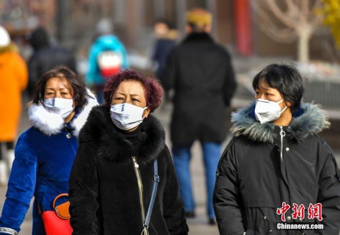 1月25日,新疆乌鲁木齐市国际大巴扎步行街,民众带着口罩游览。当天,根据《新疆维吾尔自治区突发公共卫生事件应急预案》,结合当前疫情防控形势,新疆维吾尔自治区人民政府决定,自即日起,启动自治区重大突发公共卫生事件一级响应。中新社记者 刘新 摄
