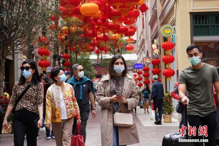 1月25日大年初一,香港湾仔利东街与往年一样再次张灯结彩欢度新春佳节。受新型肺炎疫情影响,大多数香港市民和游客戴口罩出行。截至当天中午,香港已确诊5例新型冠状病毒肺炎病例。中新社记者 张炜 摄