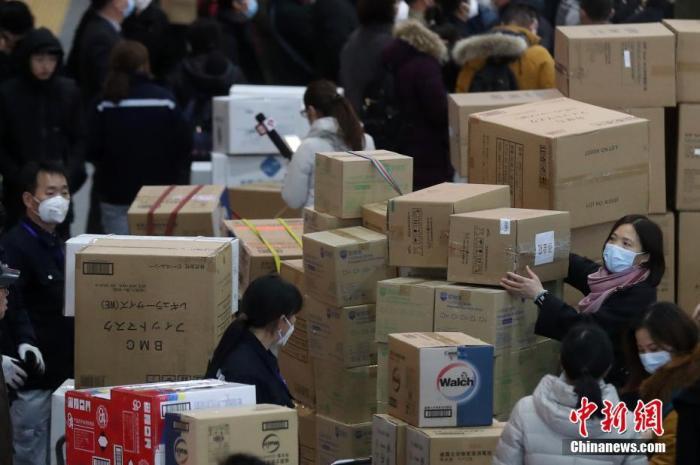 1月25日晚,江苏援湖北医疗队共147人奔赴武汉,支援湖北开展新型冠状病毒感染的肺炎医疗救治工作。图为江苏援湖北医疗队队员携带物资准备出发。 中新社记者 泱波 摄