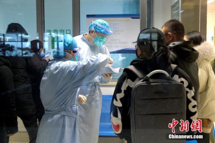 资料图:山西白求恩医院发热门诊,医护人员正在紧张有序地工作。文/图:范丽芳 胡静