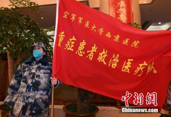 1月25日凌晨,大年初一,支援湖北抗击新型肺炎的450名解放军医疗团队队员及一批医疗物资抵达武汉。李子云 摄