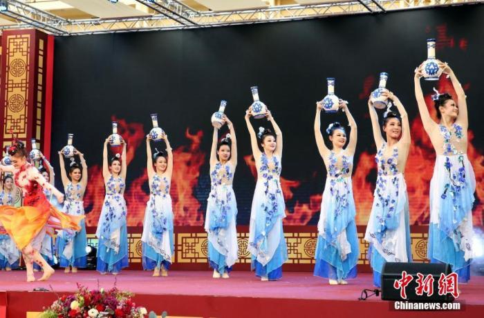 """当地时间1月24日傍晚,2020年泰国""""欢乐春节""""互致贺辞活动开始在曼谷暹罗广场举行,中泰两国政府旅游部门负责人互致新春祝福,向两国人民拜年,并开启全球""""欢乐春节""""活动。<a target='_blank' href='http://www.chinanews.com/'>中新社</a>记者 王国安 摄"""